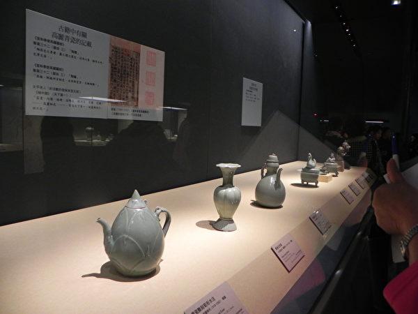 """国际借展""""尚青-高丽青瓷特展""""所展出的作品一隅。其中左1为〈青瓷雕刻笋形水注〉,系日本大阪市立东洋陶磁美术馆馆藏,12世纪韩国高丽时代的作品。(蔡上海/大纪元)"""