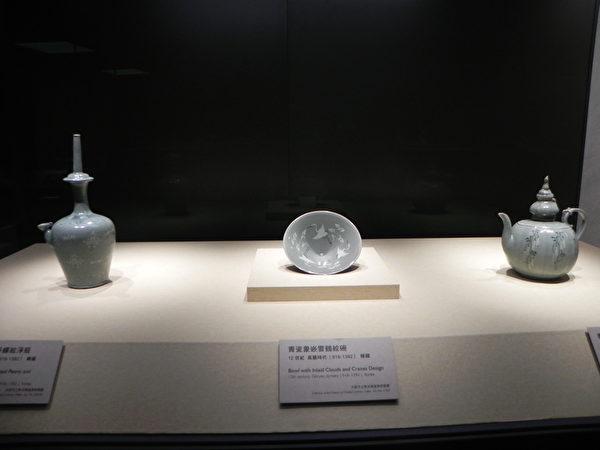 """国际借展""""尚青-高丽青瓷特展""""所展出的作品一隅。其中为〈青瓷象嵌云鹤纹碗〉,系日本大阪市立东洋陶磁美术馆馆藏,12世纪韩国高丽时代的作品。(蔡上海/大纪元)"""
