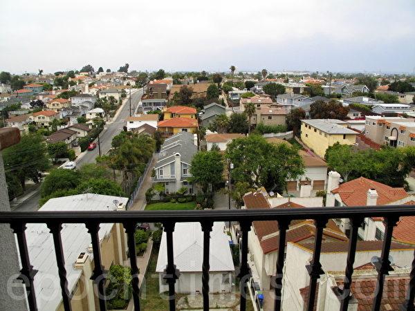 灯塔经济(Beacon Economics)周三(3月2日)发布的关于就业、房市和移民的新报告显示,加州的高房价正在将许多居民赶出该州。(刘菲/大纪元)