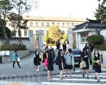 图为韩国某高中学生放学后场景。(全景林/大纪元)