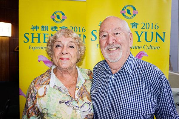 国际励志演讲者Frank Boggs与太太Cabell Boggs观神韵演出后分享观后感。Frank说看到节目中主角在中国为信仰自由发声,他意识到了中国在这方面的崛起。(李明/大纪元)