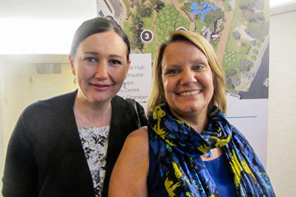 咨询师Cindy Heddle(左)和能量治疗师Susan Schoemp结伴3月5日下午在昆士兰黄金海岸艺术中心(Arts Theatre)观看了神韵世界艺术团的第2场演出。(萧玉英/大纪元)