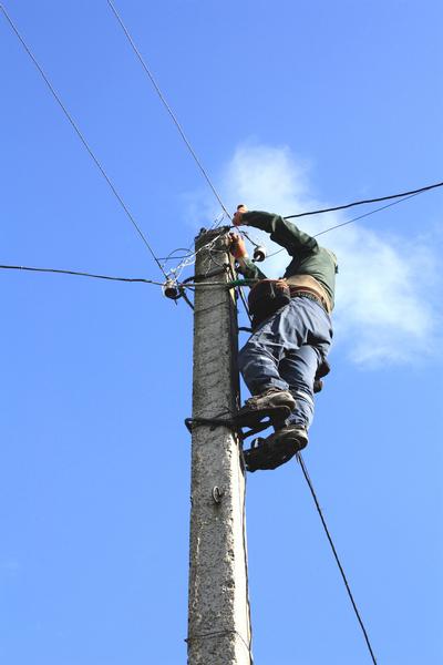 在人迹罕至的旷野里进行实战训练,他们轮流穿上电工脚蹬子,带着绝缘手套,爬上电线杆,在有线电视的信号接口处接上插播设备。(Fotolia)