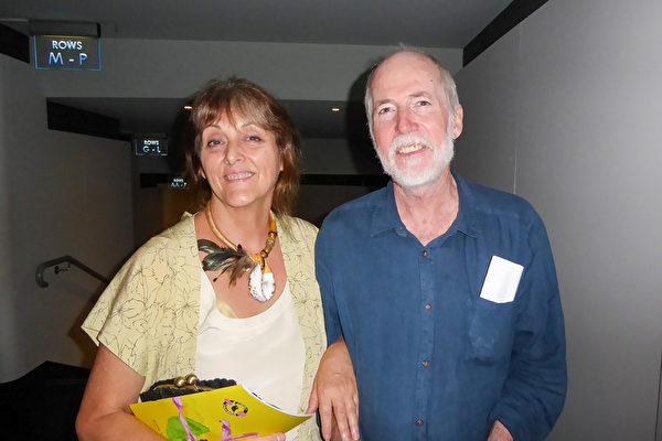 Claire Larrivee和丈夫Peter Walker一同观赏了当天的演出。Larrivee女士称赞神韵巧妙地运用了对比色,整体色调无比绚丽,且非常纯净。(史迪/大纪元)