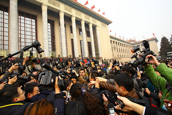 据胡润研究院统计,2016年中共两会代表中有107人进入胡润全球富豪榜,他们的家族财富总值超过3,500亿美元;人均33亿美元。(ChinaFotoPress/Getty Images)