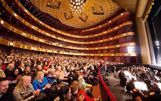 3月5日,神韵纽约艺术团在纽约林肯中心大卫寇克剧院的演出爆满,台上演员每一串精彩的跳跃翻腾都引来一阵掌声和叫好声。(戴兵/大纪元)