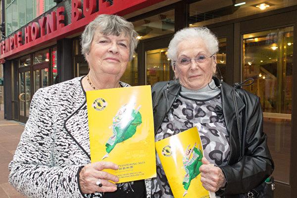 90歲的Elsie Junker(右)今年是第二次觀賞神韻,她帶了朋友Shirley Siegfried一起來。(馬亮/大紀元)
