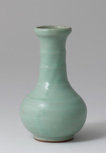 南宋龍泉窯竹節頸直底足青瓷瓶,高14.5厘米。(Courtesy of Zetterquist Galleries)
