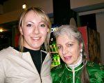 Imara Magdalene和女儿Juliana Rose一同观看了美国神韵巡回艺术团在丹佛市的第三场演出(于丽丽/大纪元)