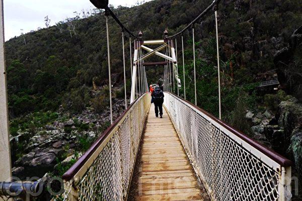 峡谷吊橋,只能一人步行。(華苜/大紀元)