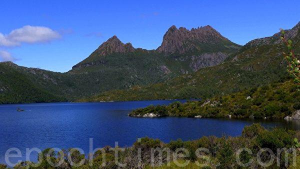 山前一窪寶藍色的多芬湖水,猶如一面透亮明鏡,點綴在崇山峻嶺間,與搖籃山形成美不勝收的湖光山色。(華苜/大紀元)