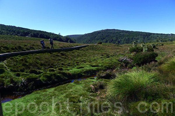 徒步者在高原徒步道上漫步,盡飽高山,湖泊的秀色。(華苜/大紀元)
