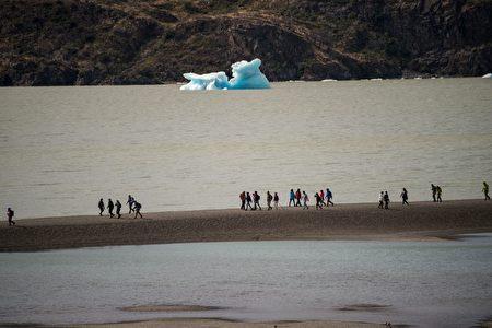 智利百内国家公园格雷湖上浮冰。(MARTIN BERNETTI/AFP)
