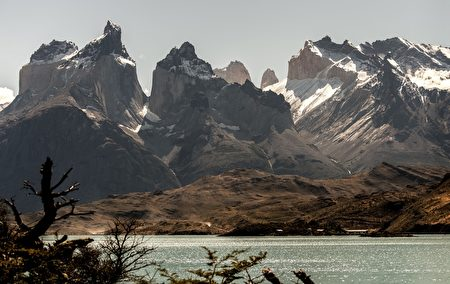 智利百内国家公园百内角(左)。(MARTIN BERNETTI/AFP/Getty Images)