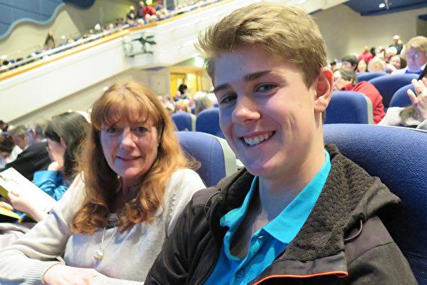 私立舞蹈學校校長Julie Noah與丈夫觀看了2016年3月6日在伯明翰國際會議中心(ICC)的第二場演出。(文華/大紀元)