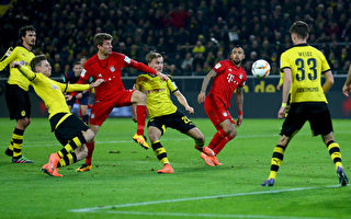 DORTMUND, GERMANY - MARCH 05: Marco Reus of Dortmund (L) challenges Thomas Mueller of Bayern (2nd L) during the Bundesliga match between Borussia Dortmund and FC Bayern Muenchen at Signal Iduna Park on March 5, 2016 in Dortmund, Germany.  (Photo by Christof Koepsel/Getty Images  For MAN)