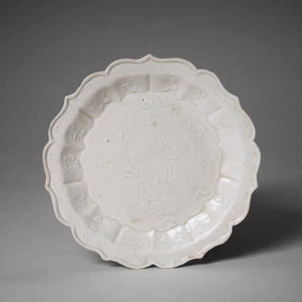 金代定窑印花菱口盘,直径13.8厘米。(Courtesy of Zetterquist Galleries)
