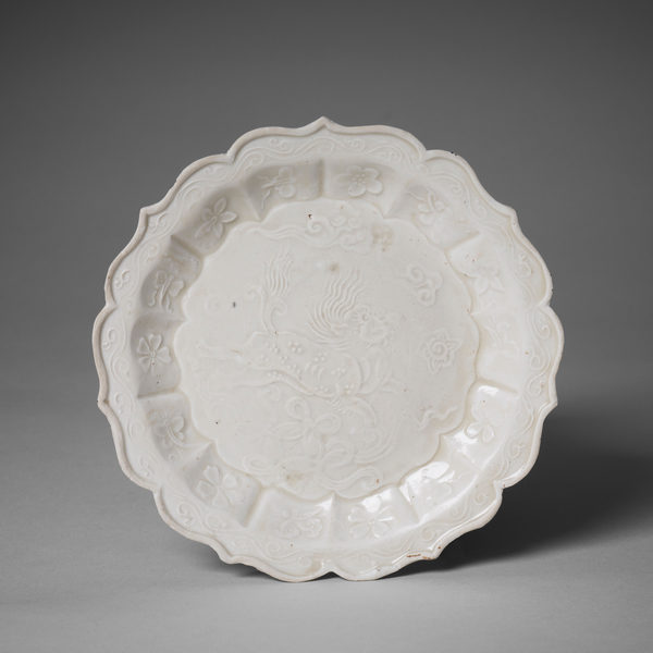 金代定窯印花菱口盤,直徑13.8厘米。(Courtesy of Zetterquist Galleries)