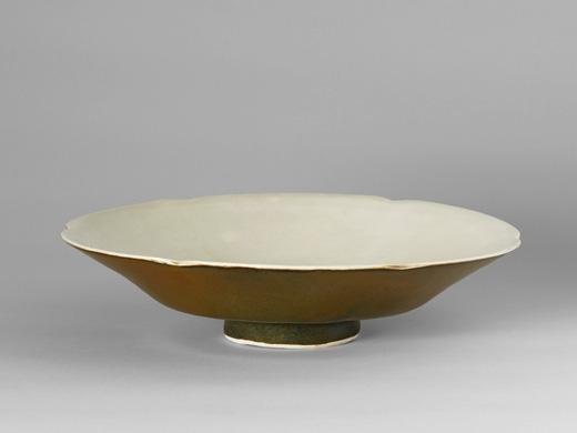 北宋定窯(或當陽峪窯)二色釉瓷碗(內壁施白釉,外壁施柿紅釉),直徑22厘米。(Courtesy of Zetterquist Galleries)