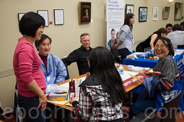 雷景翔牙醫(左二)為民眾解答疑問。(李歐/大紀元)