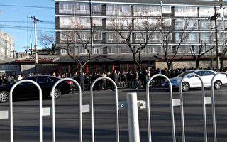 3月7日是中共两会第五天,中共国家信访局前人山人海,上万访民排起一公里长龙,与此同时,截访人员与警察持续抓捕访民。(访民提供)