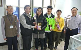 梅分局长张弘文(左2)祝贺所属员警、家眷志工及全天下的女性,妇女节快乐。(杨梅分局/提供)