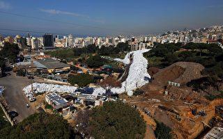 """黎巴嫩首都贝鲁特内的垃圾经长时间堆积,最终形成一条穿越街道的""""垃圾河""""。(JOSEPH EID/AFP/Getty Images)"""
