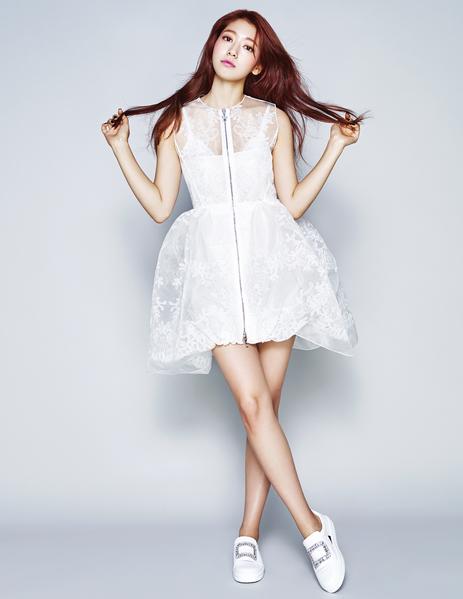 朴信惠身着白色蕾丝拼网纱连身裙;水晶饰平底鞋。私底下的她,最喜欢穿rock chic风格的衣服。(《ELLE》国际中文版杂志提供)