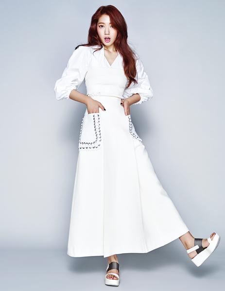 朴信惠身穿白色宽袖上衣、拼皮米白色露肩连身裙;尼龙布拼皮白色厚底凉鞋,展现优雅与知性美。(《ELLE》国际中文版杂志提供)