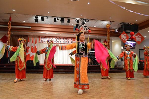 圖:溫哥華僑界舉辦餐舞會,迎接駐加吳榮泉(左)大使蒞臨溫哥華,圖為餐舞會現場表演。 (邱晨/大紀元)