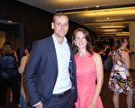 3月8日晚,西聯(Western Union)公司客戶經理Nick Worthington攜女友Lydia Hely在悉尼觀看了神韻演出。(史迪/大紀元)
