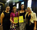 月8日晚,在澳大利亞悉尼Lyric Theatre劇院,經銷商Anne O'Keefe(左二)攜3位兒媳婦銷售主管Serena O'Keefe(左一)、護士助理Laura Gray(右一)以及從事早期兒童教育的Emma O'Keefe(右二),一同觀看了神韻世界藝術團的首場演出。(袁麗/大紀元)