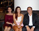 公司經理Steve Paitos、妻子Judith Paitos、女兒Victoria Paitos一家三口2016年3月8日晚在悉尼觀看了神韻演出。(史迪/大紀元)