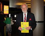昔日的建築師、如今的慈善家Merill Whitehead先生(新唐人)