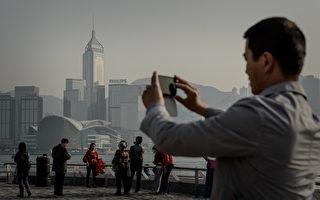 据香港保险监理处数据,近年大陆人到香港购买保险保单持续激增。(PHILIPPE LOPEZ/AFP/Getty Images)