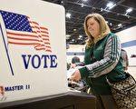 一向都是希拉里领先的密西根州,在最新的民调中已经产不多被川普追上,两人民调只差4个百分点,已经落入误范围内。(GEOFF ROBINS/AFP/Getty Images)