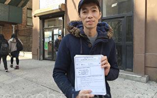 林杰琛走出市议长办公室时,手里拿着一打中文资料。(李凯文/大纪元)