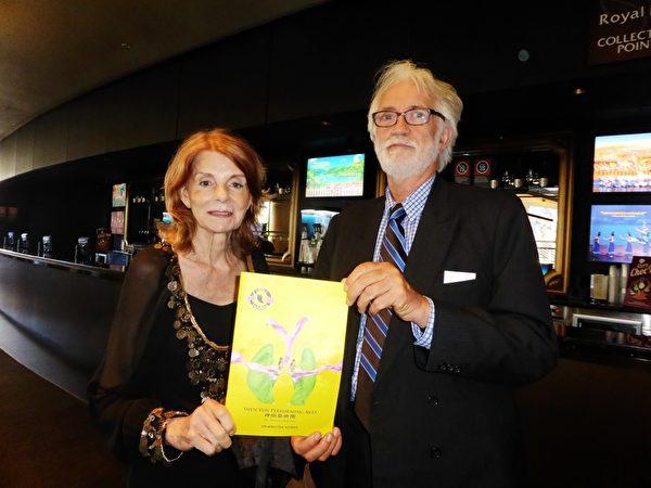 3月9日下午,退休艺术教师Beverly Anderson与好友Bob Vinicombe再次观看了神韵演出。(袁丽/大纪元)
