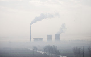 美国麻省理工学院的技术可将工厂排放的废气转换成液态燃料,已经在中国试行成功。图为河北省一家火力发电厂。(FRED DUFOUR / AFP)