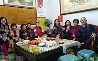 祕書長陳坤杰(左5)、前理事長魏正熙夫妻(左3、4)和理監事等人,走訪泰源鄉親果農柳文宗夫妻(右1、2)住所。(陳坤杰提供)