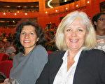 3月9日晚,公司经理Pascale Mah□女士和朋友Fabienne Deligny女士一起在法国艾克斯市观看了神韵演出。(关宇宁/大纪元)