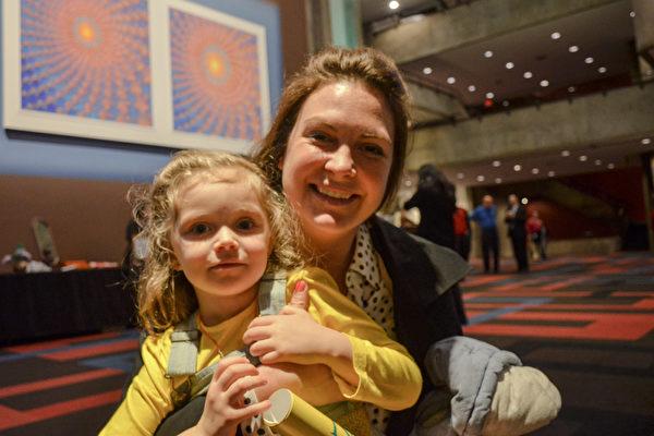 Emily Brammer拥有一家研究公司,并担任该公司总裁一职。2016年3月9日晚,她和女儿Monica在印第安纳波利斯一起观看了神韵演出。(彭慧/大纪元)