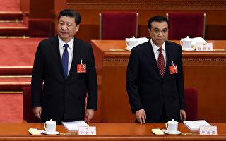 2016年3月5日,习近平(左)和李克强(右)在两会上。 (WANG ZHAO/AFP)