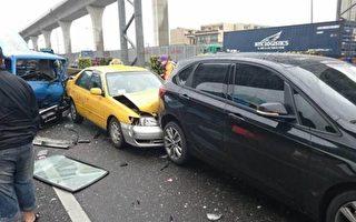 1輛聯結車和與5台小客車在國道南崁交流道前,發生連環追撞車禍事故。(桃市消防局/提供)