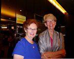 心理学家Patricia Collins(左)与助产师Susan Simes(右)一同观看了演出。(纪芸/大纪元)