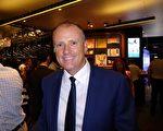 Paul Price先生3月10日晚在悉尼Lyric Theatre劇院觀看了神韻世界藝術團的演出。(史迪/大紀元)