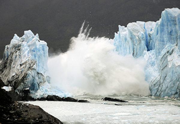 阿根廷南部的莫雷諾冰川拱門,當地時間10日崩塌,墜入阿根廷湖中,場面壯觀,讓現場目睹的3,000多名遊客驚呼連連。(AFP PHOTO / WALTER DIAZ )