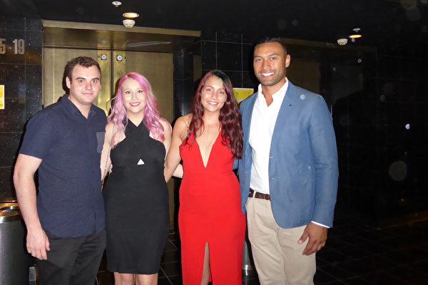 2016年3月11日晚,Carolina George(右二)与妹妹Karene George及各自的男朋友一起在悉尼Lyric Theatre剧院观看了神韵世界艺术团的演出。(史迪/大纪元)
