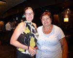 小學教師Jo Connolly(左一)和母親一起在澳大利亞悉尼Lyric劇院觀看了2016年3月11日晚的神韻演出。(紀芸/大紀元)