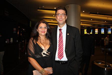 2016年3月11日晚,公司老板Yavuz Osan先生与太太Demet Osan在悉尼Lyric剧院观看了神韵演出。(骆亚/大纪元)<br />